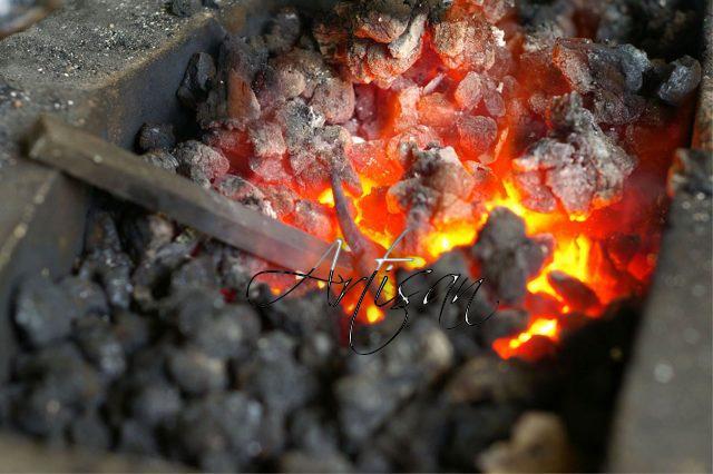 при горячем методе ковки обрабатывается раскаленный металл