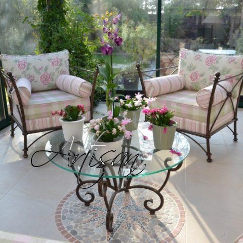 Изящное кованое кресло, легкий столик органично дополнят сад