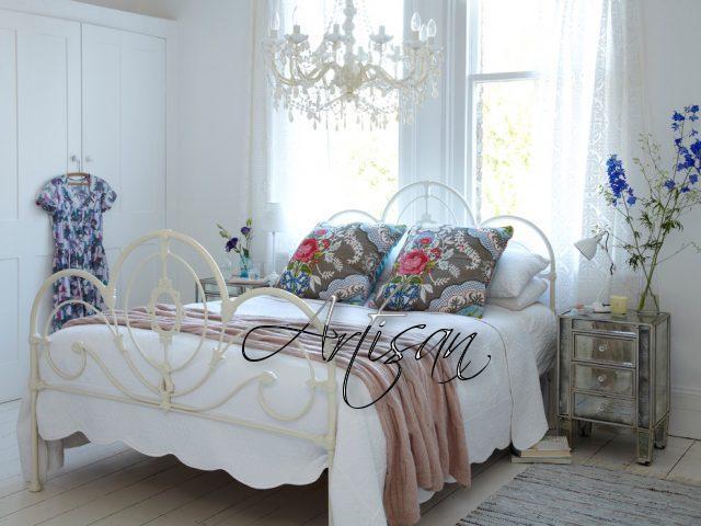 Большая кровать с легким изголовьем из металла – обязательный атрибут спальни в стиле шебби-шик