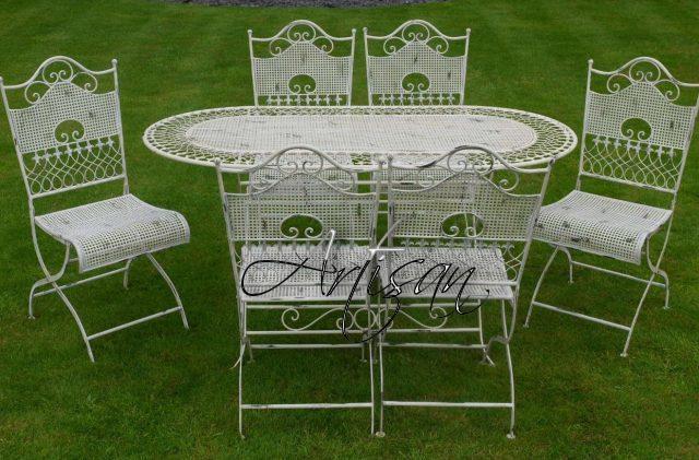 Садовая мебель в стиле шебби-шик схожа с прованским стилем – беле тона, ажурность, невесомость кованого металла
