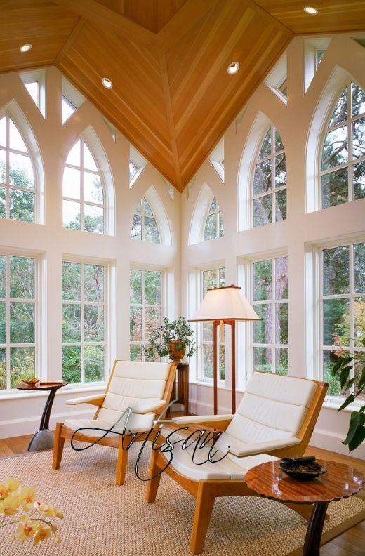 Огромные окна в форме ланцета, или «розы» с красочными витражами, характерные для средневекового стиля