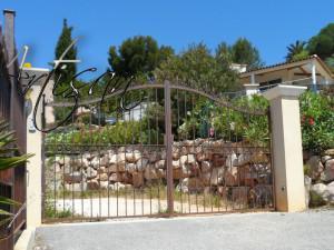 Недорогие кованые ворота в ландшафтном дизайне