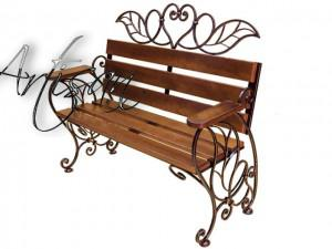 Кованая скамейка с цветочным орнаментом