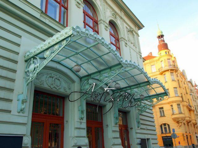 Кованые изделия в стиле ар-деко используют для оформления фасадов общественных зданий и частных домовладений