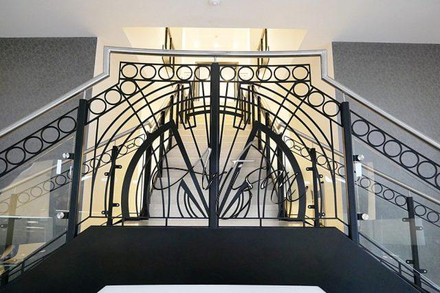 Ковка в стиле ар-деко тяготеет к правильной геометрии и симметричности орнамента