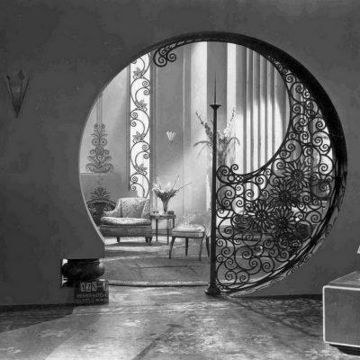 Кованые изделия в стиле ар-деко во многом сходи со стилем модерн, но и имеют ряд принципиальных отличий