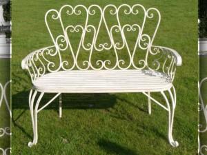 Кованая скамейка, цвет белый.