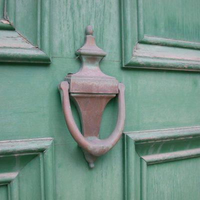Традиции кованых дверных молоточков от средневековья до наших дней