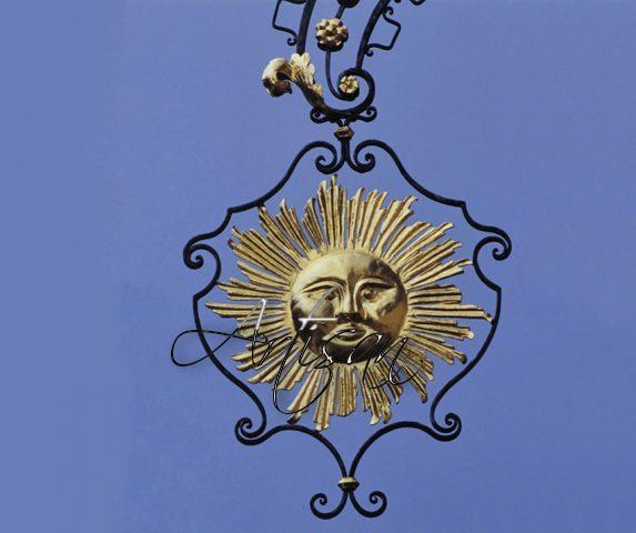 Выкованное солнце – вывеска, которой обозначали таверну средневекового города