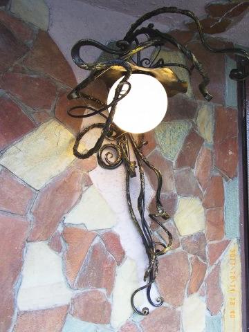 Кованый фонарь в интерьере