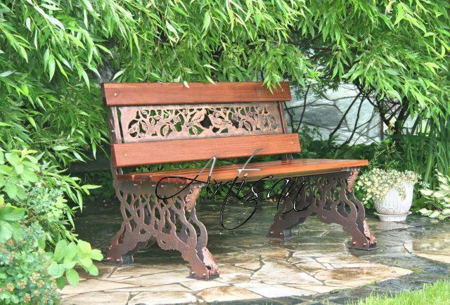 Лавочки располагают в самом уютном и живописном месте сада