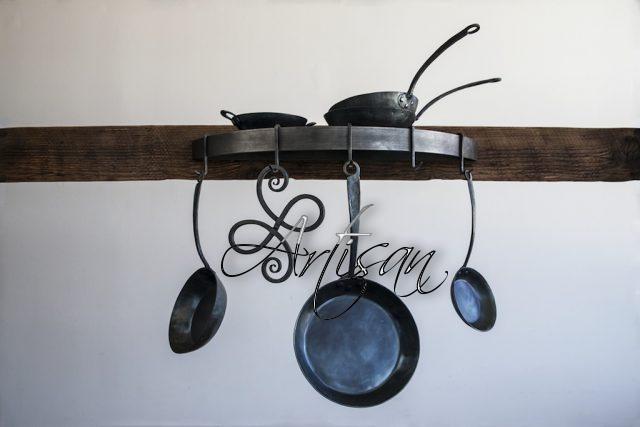 Изящный держатель для посуды из кованого металла преобразит любой интерьер