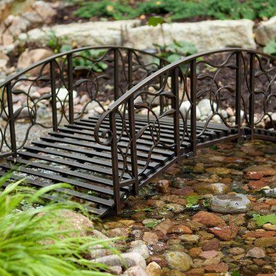 Правила использования кованых мостиков в ландшафтном дизайне