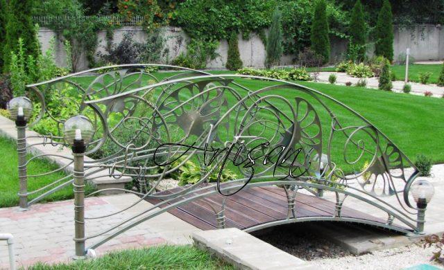 Садовый мостик является составляющей ландшафтной вертикали – он добавляет рельефность и выразительность территории.