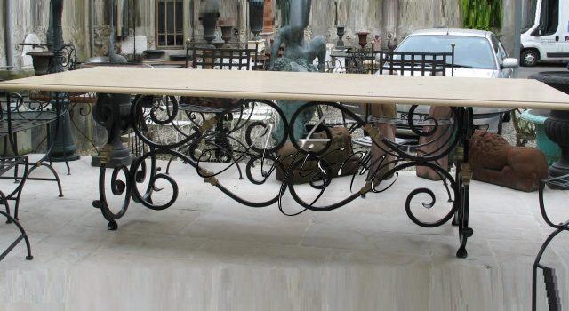Большой обеденный стол с мраморной столешницей