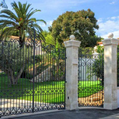 Кованые ворота типичные для региона Прованс