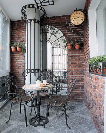 балкон превращается в летнюю террасу с помощью нескольких кованых изделий