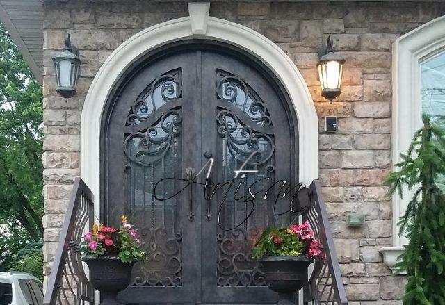 Сочетание дерева и кованого металла – классическое решение для входных дверей