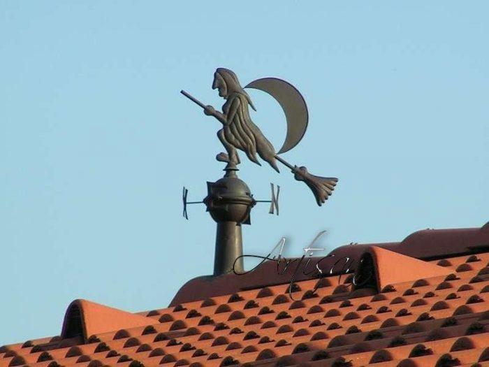 Кованые флюгера изготавливаются в различной стилизации, чтобы подчеркнуть оригинальность домовладения