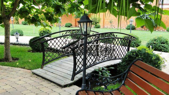Мостики устанавливают над естественными препятствиями, в местах понижения рельефа, или просто в уютном уголке сада