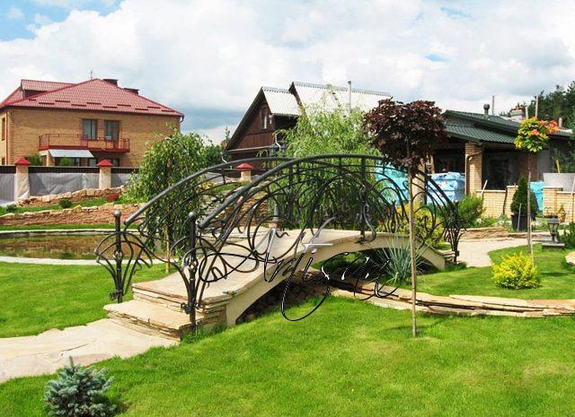 Есть много конструктивных разновидностей садовых мостиков, но в ландшафтном дизайне используют именно арочные конструкции