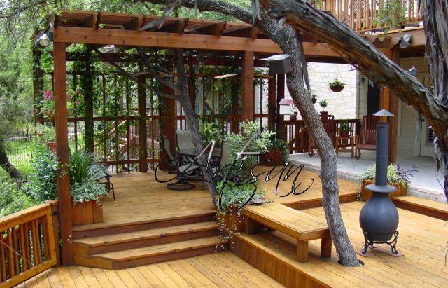 Террасы могут быть пристроенными к дому или стоять отдельно, быть с крышей или без нее, иметь ограждение или открытую конструкцию