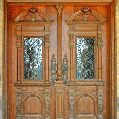 Кованые элементы способны преобразить входную дверь и сделать ее более функциональной