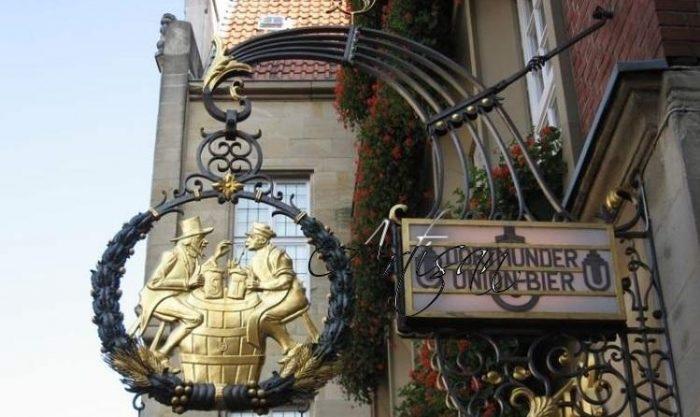 Современные кованые вывески хранят традиции средневекового прошлого