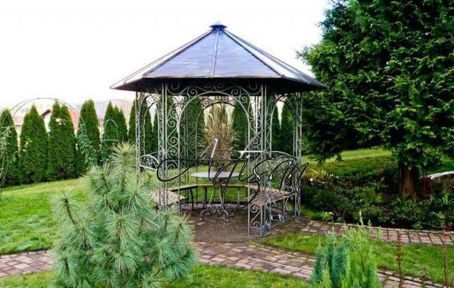 Варианты декоративного украшения кованых садовых беседок